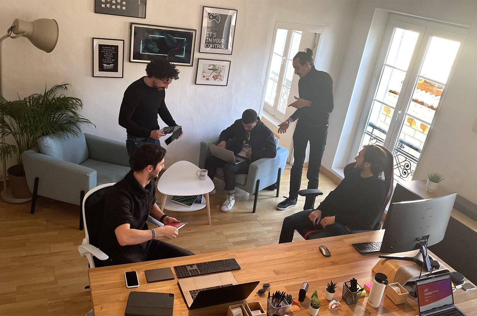 Photo de l'équipe Levupp dans les bureaux de la société